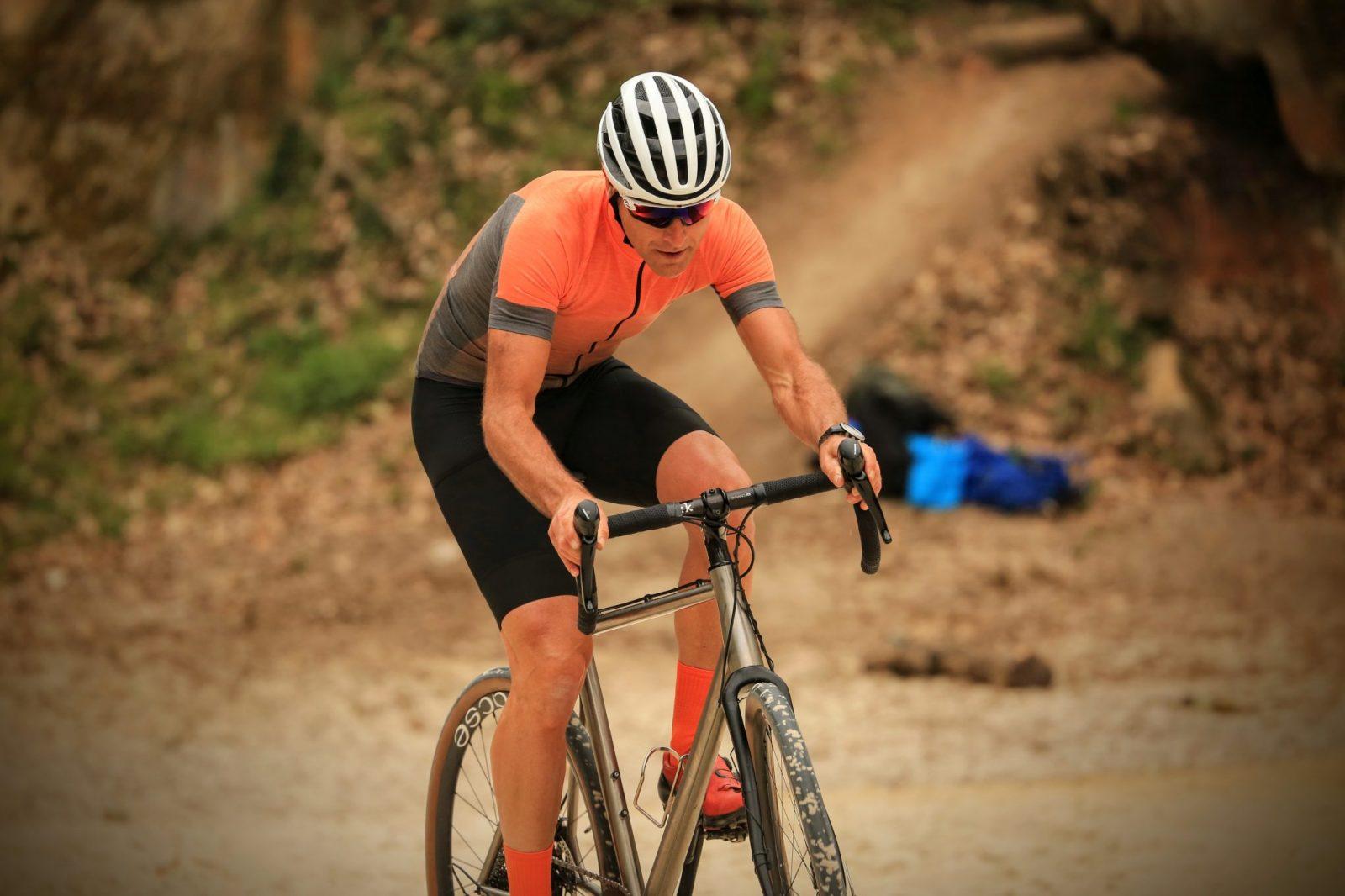 Cycliste gravel maillot gravel orange cuissard gravel