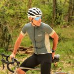 Cycliste gravel maillot gravel gris vert ozio