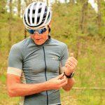 Cycliste gravel maillot gravel gris vert