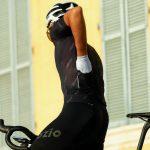 Cycliste main dans poche arrière