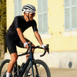 Cycliste pédale habillé maillot de vélo d'été noir