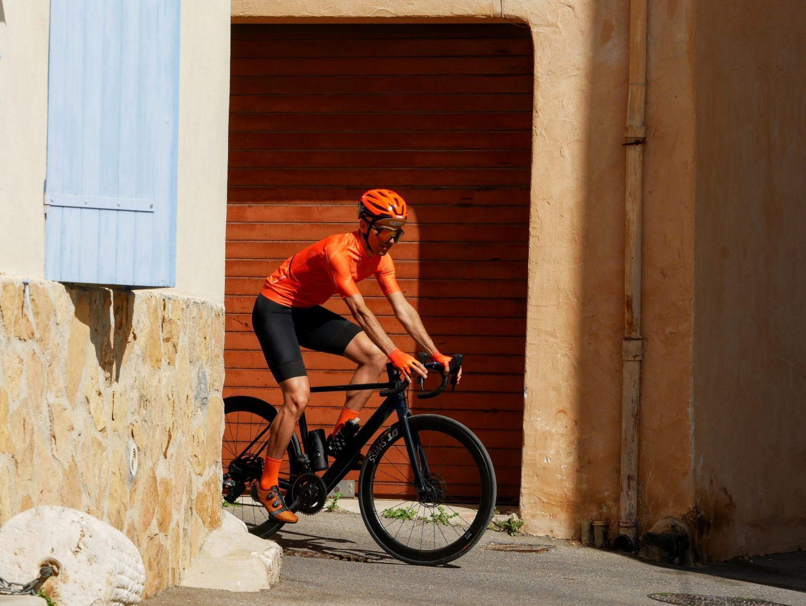 Cycliste dans la rue maillot orange, cuissard