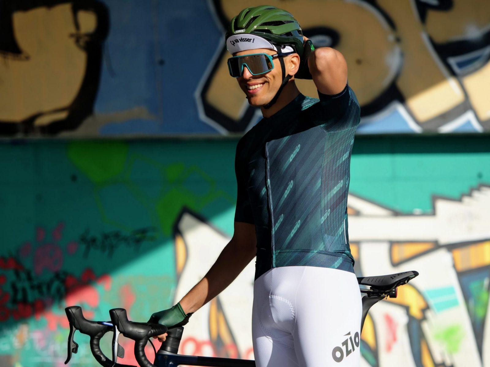 Cycliste cuissard vélo blanc ozio maillot vert