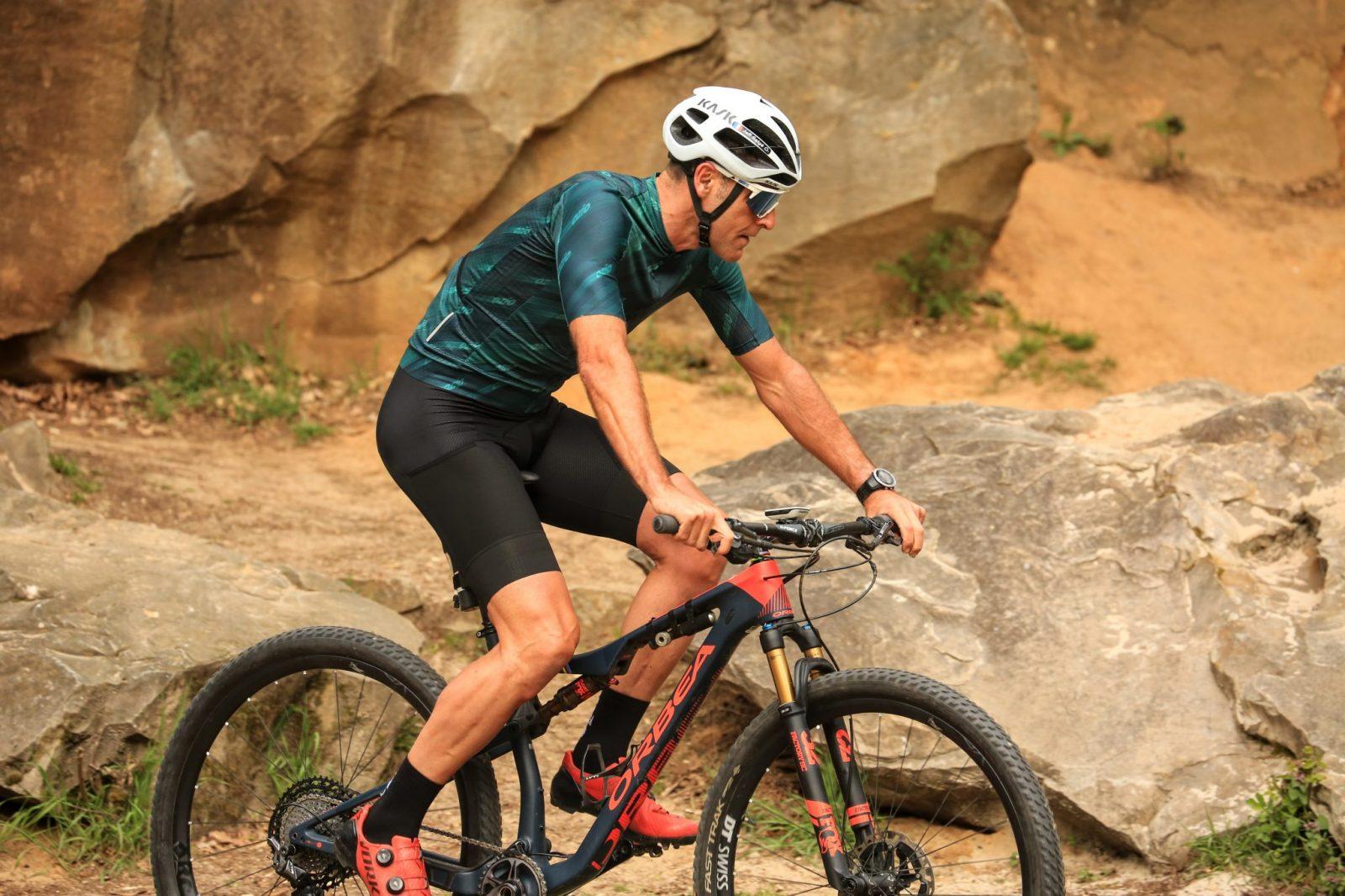 Maillot vélo léger vert ozio et cuissard vue profil