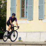 Cycliste pédale habillé maillot de vélo d'été violet