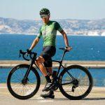 Homme à l'arrêt et maillot de vélo été homme OZIO