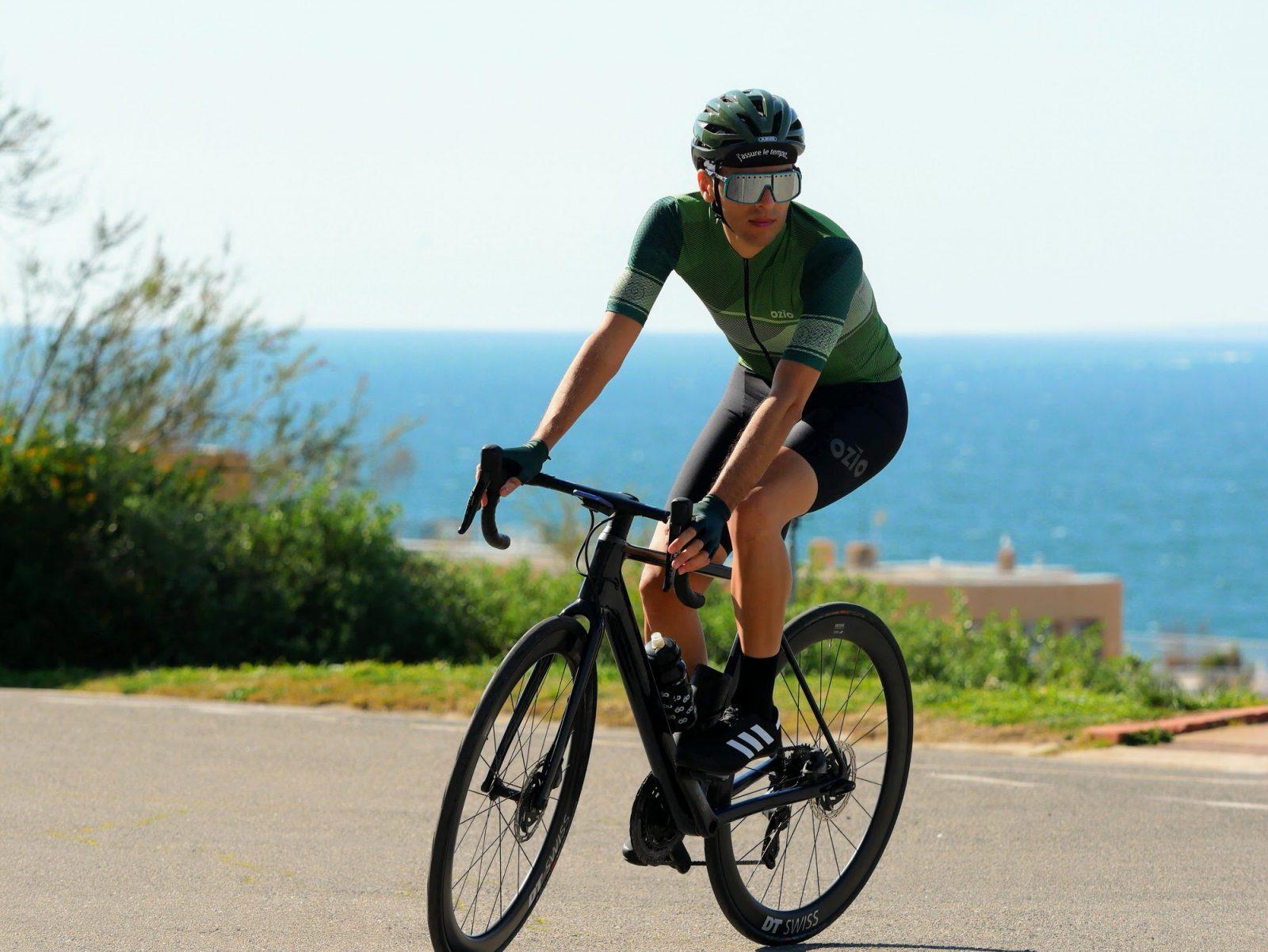 Homme qui fait du vélo et porte maillot de vélo été homme OZIO