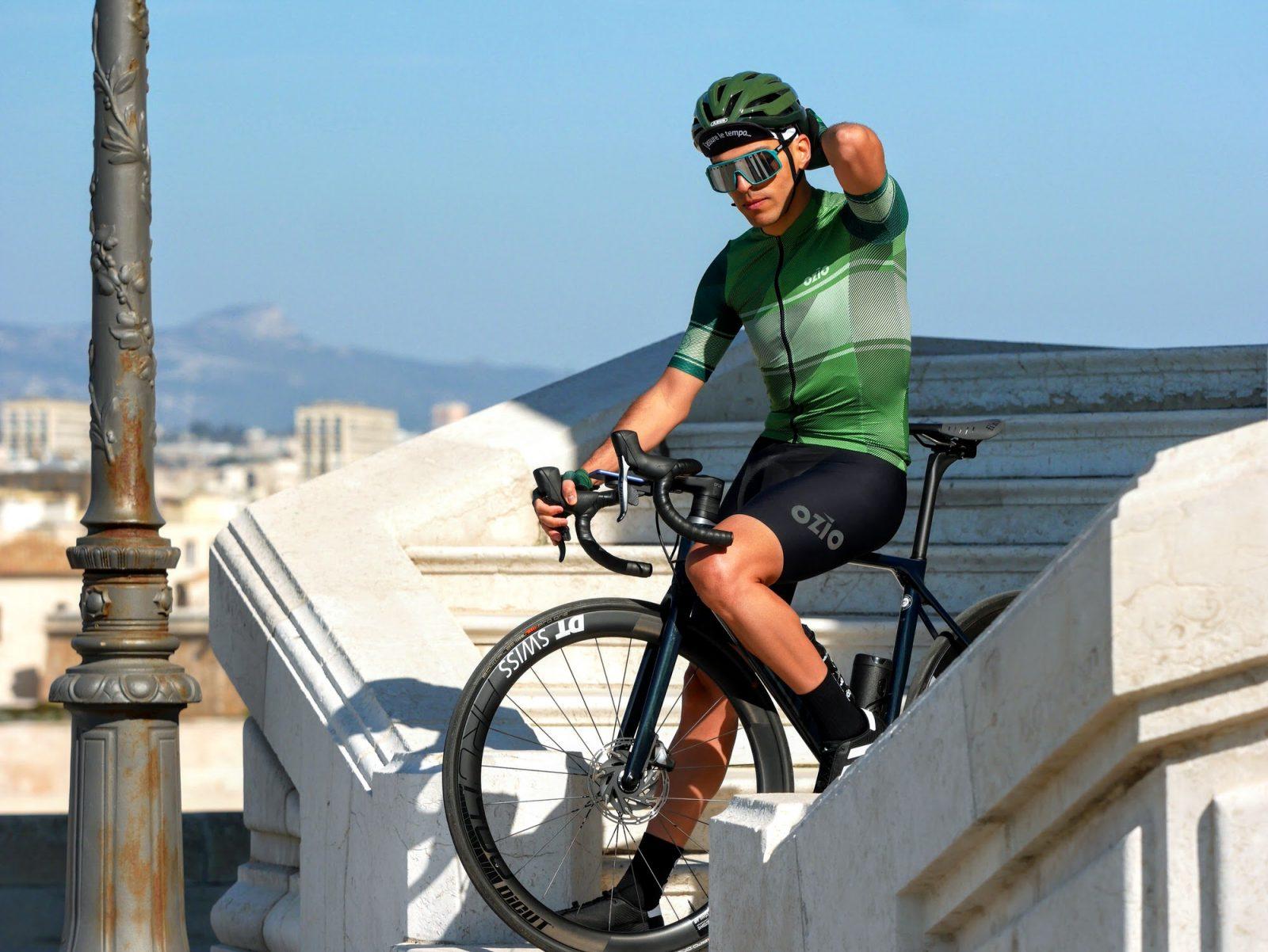 Maillot de vélo été homme sur vélo à l'arrêt OZIO