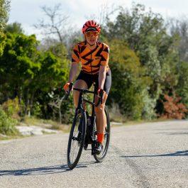 Maillot de vélo femme qui pédale sur route OZIO