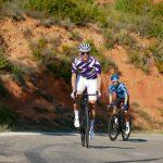 Deux cyclistes avec maillot de vélo manches courtes été OZIO