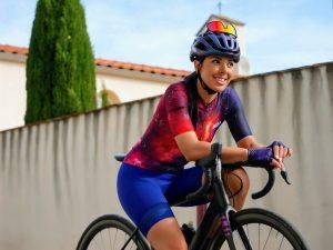 femme sur vélo ensemble cuissard et maillot