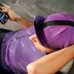 Vue de haut d'un homme avec casquette de vélo violette