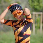 Cycliste avec casquette orange