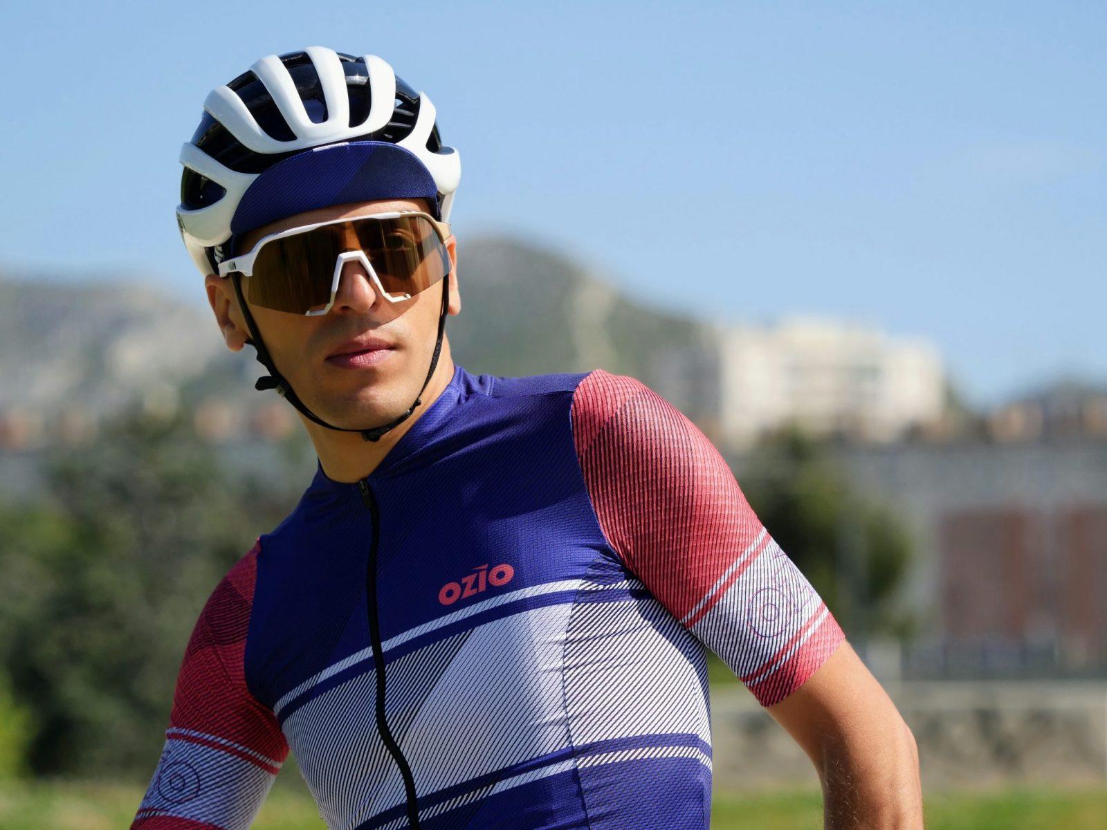 Cycliste casquette bleue