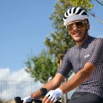 Cycliste casquette blanches et mitaines blanches
