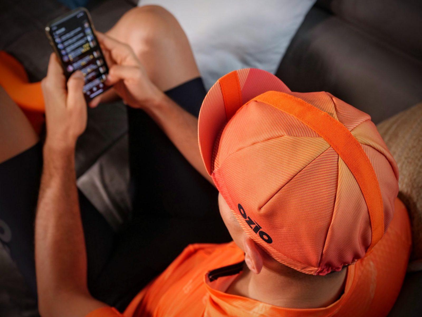 Vue de haut d'un homme avec casquette de vélo orange