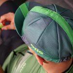 Vue de haut d'un homme avec casquette de vélo verte