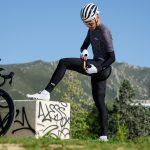 Cycliste mettant jambières de vélo