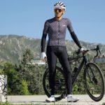 Cycliste debout portant jambières de vélo