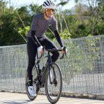 Cycliste à vélo avec jambières de vélo