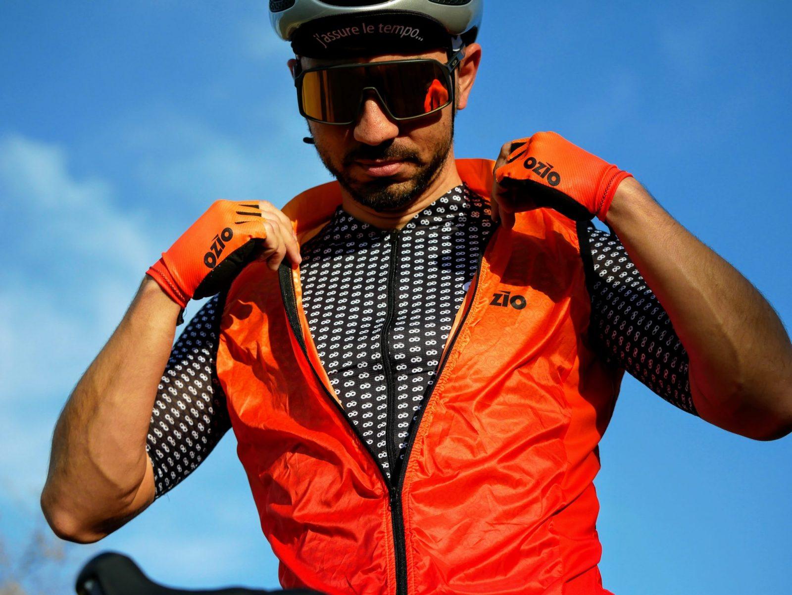 Zoom coupe-vent orange et maillot de vélo homme