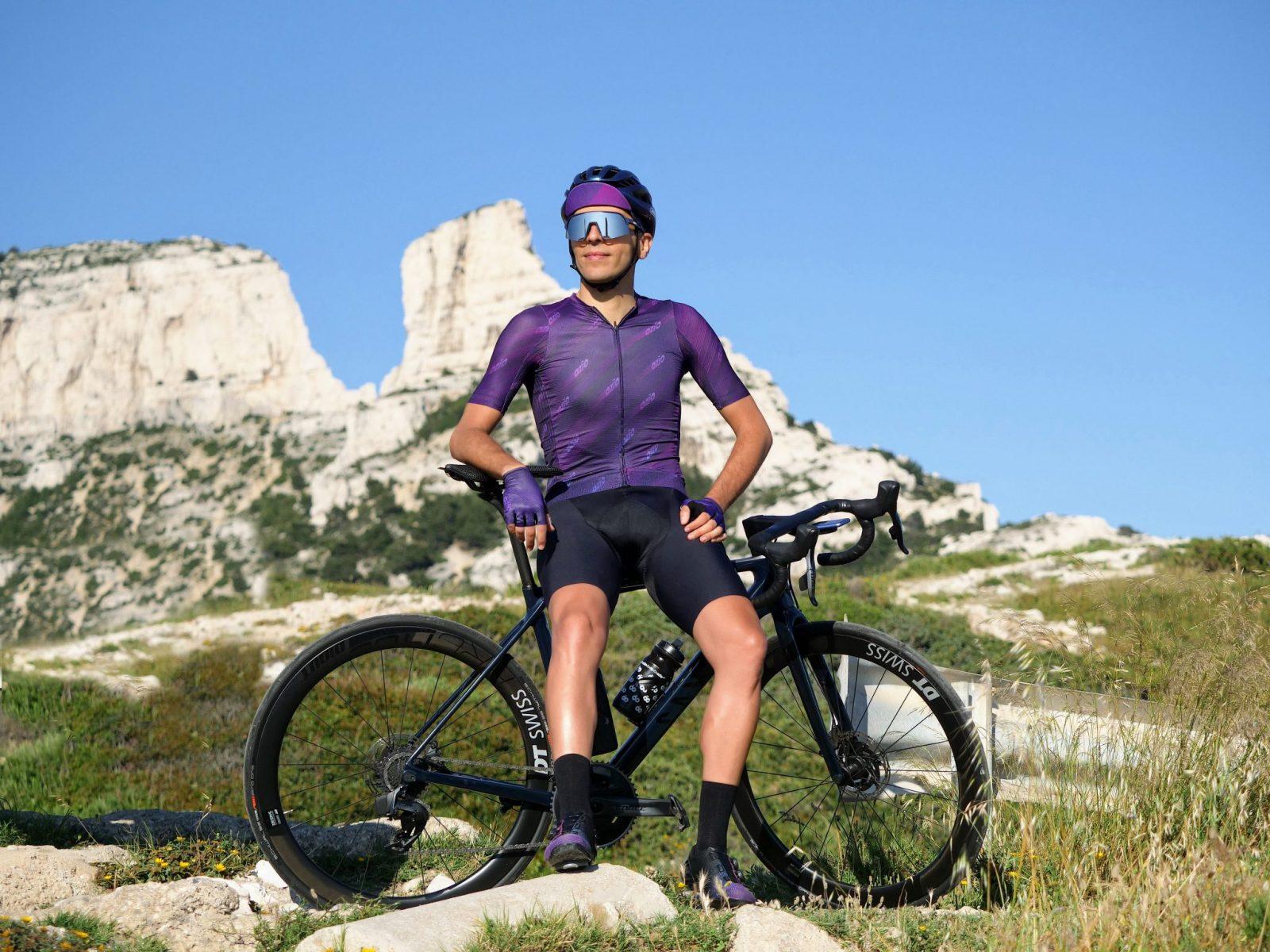 cycliste en vêtements de cycliste collines