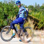 cycliste manchettes bleues et genouillères bleues