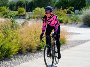 Cycliste femme tenue d'hiver